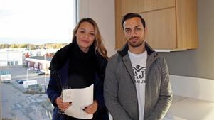 Melinda Hagberg och Emil Dayan tycker om att det kommer in mycket ljus i lägenheten. Nu bor de på Östermalmsgatan.