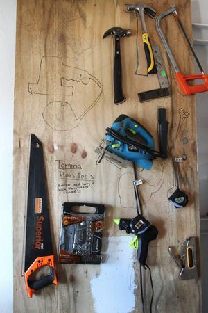 Diverse verktyg att använda i det konstnärliga arbetet i kraftstationen i Ljusne.