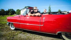 Hövdingen och kungen. Ronnie Bergvall och Lars Kung har sina smeknamn i klubben Rockabilly.nu. Här sitter de i Ronnies Cadillac 55.