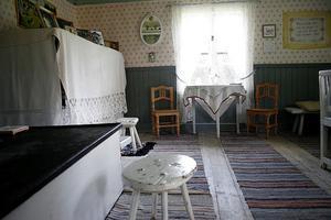 Inne i systrarna Törnqvist vallstuga ser det precis ut som när deras moster Brita Norberg bodde där.