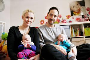 Helena och Daniel är nyblivna föräldrar till tvillingarna Jenna och Jacob. På väggen hänger ett foto av deras storasyster Freja.