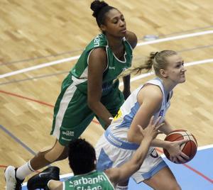Isabelle Edholm gjorde de första och historiska damligapoängen i Nya Sporthallen. Här ser vi hur hon drivar på korgen och lägger in 2–0.
