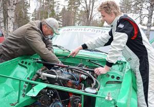 Teamwork under huven. Far och son, Ingemar och Marcus Höglund, gör de sista finjusteringarna inför SM-premiären.