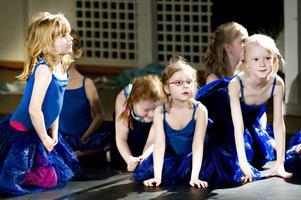 Små fröer som vaknar till liv. Eller små balettelever som spanar mot publiken. På lördagen bjöd Kulturskolan i Gävle på dansföreställning i Bomhus Folkets Hus.
