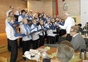 Orionkören underhöll med fin stämd sång vid SPF Tuna-Säters årsmöte i Torsångs församlingshem.