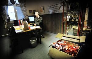 Sävstaås oktober 2009, sportchefens kontor på bandykansliet. Sören Persson trivs på den heta stolen.