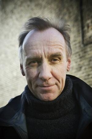 """DJÄVULSKT YRKESSKICKLIG. Håkan Nesser vet hur en intrig ska vävas, efter snart två decennier som deckarförfattare. """"De ensamma"""" tillhör inte topparna i författarskapet men är ändå en gedigen Nesser-deckare."""