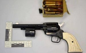 Några fingeravtryck fanns inte på revolvern som hittades hos mc-klubben i Sundsvall men enligt mannen som är i 40-årsåldern var det han som lagt vapnet där.