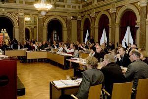 MÅNGA VILL FRAMFÖRA SINA ÅSIKTER. Först efter fyra och en halv timmes debatt gick fullmäktige till beslut strax efter halv nio på kvällen.   Foto: Bernd Büttner