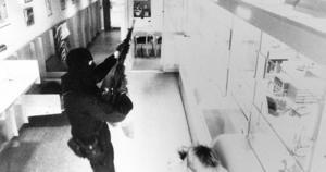 Bild från Handelsbankens övervakningskamera som visar en ur medlemarna i militärligan vid dubbelrånet i Ösmo mars 1992. Posten och Handelsbanken rånades på exakt tre minuter. Foto: Bankens kamera/Scanpix