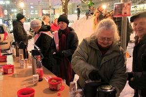 Västerås stadsmission fanns på plats och bjöd på varm och härlig glögg. Lisbeth Stoica och IngaLisa Burlin jobbade.
