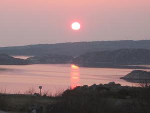 Vacker solnedgång över havet i Bohuslän på långfredagen.
