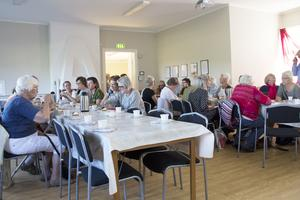 Många kom för att dricka kaffe och lyssna till föredraget om hälsingarnas färgningsmetod och textilframställning under 1700-1800-talet.