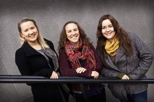 Lia Olsson, Emilia Molin och Karolina Johansson är glada över att simskolan kan drivas vidare.