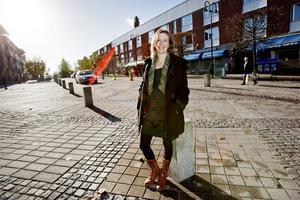 """Känner folk på Storgatan i Järna igen Hanna Klingborg? """"Ja, den alternativa delen av Järna gör det. Många har kommit fram och gratulerat mig till ordförandeposten – även personer som jag inte direkt känner."""""""