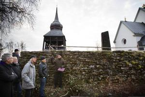 Lennart Ericsson visar de skadade delarna på muren.