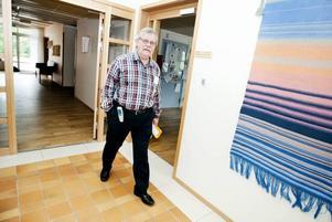 Läkare Mathias Brian anser inte att den vanliga vården klarar av att ta hand om de svårast sjuka döende patienterna och deras anhöriga. De riskerar att skickas fram och tillbaka mellan hemmet och sjukhusets akutmottagning. Eller hamna på äldreboende.