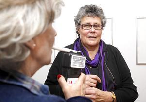 """ARBETAR DELTID. Som alkohol- och drogterapeut åker Gunilla Johansson ut på oanmälda blåstester på arbetsplatser. Nästa år blir hon 70, men än har hon inte tagit beslutet att sluta. """"Jag vill inte sitta och glo, jag vill göra något"""", säger hon."""