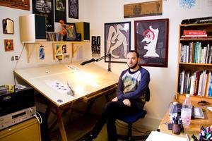 I ateljén på Spantgatan kan Marcus Ivarsson teckna serier, måla och lyssna på musik.