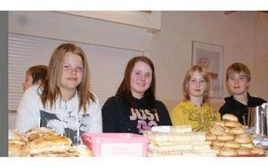 -- Alla har bakat. Emilie Hanspers, Nadine Thiis-Persson, Timmy Lindblå och Johannes Sjöblom i cafeterian.