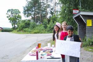 Lydia Persson, Mira Sellgren och Elia Persson har fikaförsäljning i Flor.