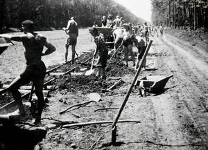 Här pågår arbetet med den blivande autostradan mellan Zagreb och Belgrad. Rolf Levin trivdes med både jobb och gemenskap men önskade att han tagit med sig en riktig spade hemifrån.