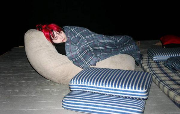 """""""Radio for Beginners"""" heter installationen som pågår i mysrummet. Linn Nilsson passar på att vila medan hon lyssnar. Foto: Sara Strömberg"""