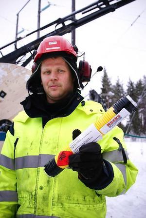 Tommie Hjort, som är lagbas på den entreprenör- firma som håller i ledningsbytet, visar upp hylsan som orsakade gårdagens smällar.