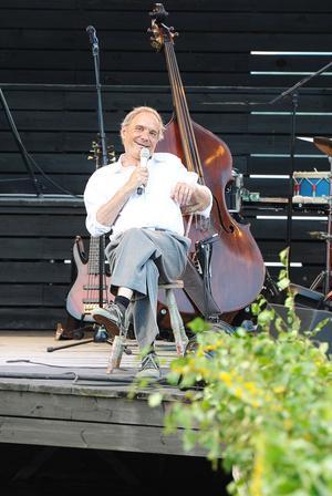 Peter Carlsson är lika mycket ståuppkomiker som musiker.