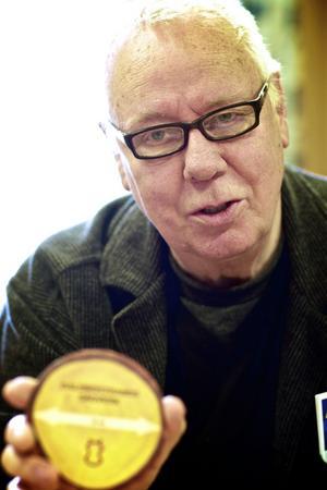 Bengt Lönnberg, kommunikation, visar den minsta storleken på klentimmer som är 10 centimeter.