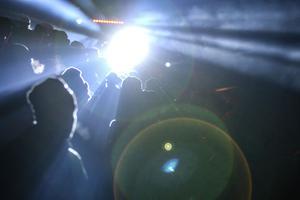 Falkarnas tifo tände arenan som var fullsatt, i alla fall på sittplats.