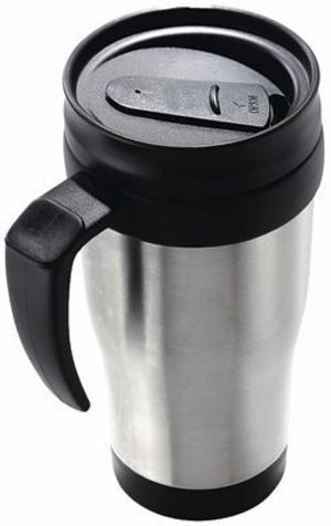 Dryck är ett måste under långa resor. Termosmugg som håller kaffet varmt och saften kall finns hos Biltema för 30 kronor.