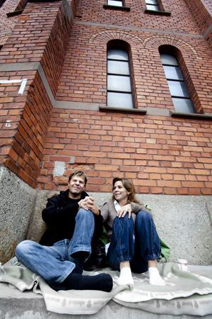 Lasse och Lisa Jepson satt och myste på en filt i väntan på att konserten skulle börja.