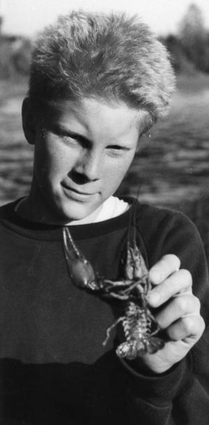 Ort: Sillerboån, Ljusdal   Rubrik: Rekord-kort fiske i Ljusdals vatten.   Bildtext: Visst finns det kräftor även i år - trots dåliga provfiskeresultat på sina håll.   Andreas Rapp visar upp ett par exemplar ur Sillerboån.