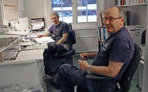 """Sista dagen på jobbet för """"verkarn"""" Lars åke Wiklund, han har överlämnat stolen till sin efterträdare Mats Öhrberg. FOTO: EVA HÖGKVIST"""