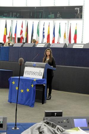 Sheyda Rostamnajad presenterade Alléskolan för den över 500 personer stora församlingen.BILD: EMIL GRÖNHOLM