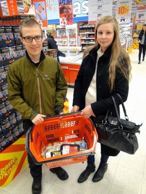 Erik Lindblom och Mikaela Holm på Naturskyddsföreningen granskar butikernas ekologiska varor.