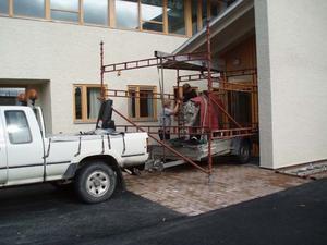 Den 700 kilo tunga skulpturen fraktades på släpvang till Norrtullskolan.