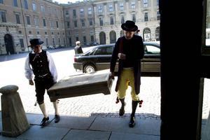 Leif Söderström och Bo Levin hade klätt ut sig till lakejer och bar kistan med tavlan genom salarna till prinsessan Sibyllas våning där den överlämnades till brudparet.