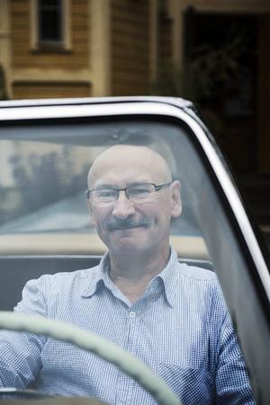 Hans Ström bakom ratten på Mercedes mästerverk.
