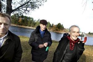 STORFRÄMMANDE. Solen sken i oktoberkylan när Jan Bendrik och Bengt Söderhäll visade Le Clézio runt i Älvkarleby i samband med dennes besök för att motta Stig Dagermanpriset. Viktig PR som man bör värna om skriver P Wesslén.