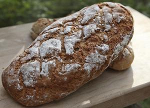 Ett mindre matbröd bakat med rågsurdeg som grund. Gott att bjuda till en soppa eller mustig gryta.