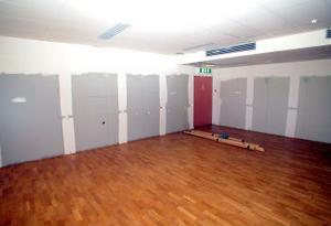 Den gamla färgen finns kvar på delar av väggen som täcktes med speglar när kommunen hyrde lokalerna för Kulturskolans behov. Baletträcket har dock lämnats i en hög på golvet.