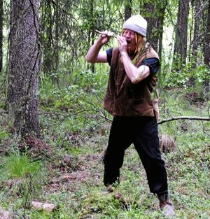 Bernt från föreställningen, Promenadteatern, 2012. Genom en pinne i munnen ska han överföra tandvärk till ett träd.