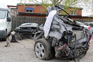 Den krockade Volvon klövs i två delar vid den våldsamma kollisionen på lördagsnatten. Bakdelen på bilen syns i förgrunden.