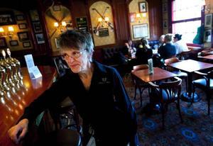 """Ninni Hallkvist har jobbat inom krog- och restaurangbranschen i 40 år. Fredagarna är den stora after workdagen, men det har blivit vanligare även andra veckodagar, berättar hon.""""Det har blivit vanligare att folk kommer in en sväng, läser tidningen eller träffa andra och varvar ned efter jobbet med en öl eller något alkoholfritt. Jag tror man träffas mer på lokal nu är förut.""""Men det är vanligare nu att jag hör att människor har en vit månad, en månad utan alkohol. Det hörde jag aldrig förut. Men man går ut ändå för att träffa andra, och dricker något utan alkohol"""", säger Ninni Hallkvist, som jobbar på Simon och Viktor.Text: Ulrica Dahlqvist"""