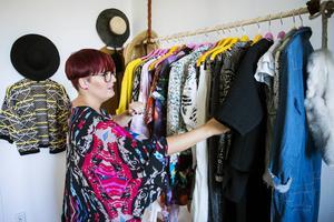 Jennie har en färgstark stil som syns och tar plats i sovrummet. Kläderna är fiffigt upphängda med hjälp av ett sopskaft, läderbälten och krokar i taket.