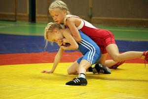 Lina Eman, Härnösands BK i röd trikå, kopplar greppet på motståndaren i flickor 29 kilo.