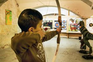 Abdallah M. Alaamar tycker att det är roligt att testa på att skjuta pilbåge.
