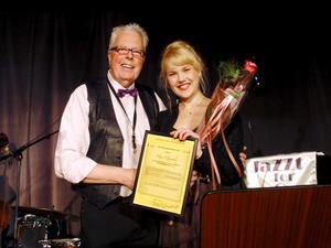 Maja Molinder Mullhyttan fick trad- och swingstipendium av Lekebergs trad- och swingsällskap med Benny Lawin i täten.